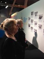 Seinällä esitellään kaikki näyttelyn asiantuntijaoppaat